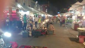 Рынок ночи около большого торгового центра c в Таиланде сток-видео