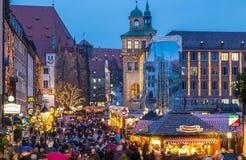 Рынок Нюрнберг рождества посещения людей, сцена Германи-вечера Стоковое Фото
