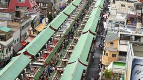 Рынок оживленной улицы около виска Sensoji - токио Японии видеоматериал