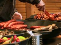Рынок пасхи поставщика еды улицы Праги стоковые изображения rf