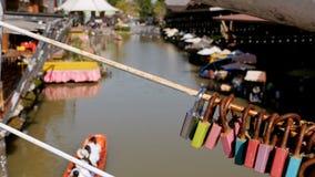 Рынок Паттайя плавая Туристская деревянная шлюпка двигая вдоль воды Таиланд, Азия сток-видео