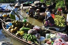Рынок перепада Меконга плавая Фрукт и овощ Стоковые Фотографии RF