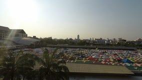 Рынок поезда ночи Ratchada, Бангкок, Таиланд - около февраль 2018: Красочные шатры на местном рынке в Бангкоке на afterno видеоматериал