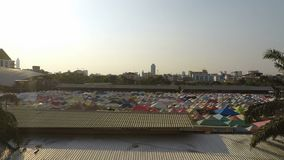Рынок поезда ночи Ratchada, Бангкок, Таиланд - около февраль 2018: Красочные шатры на местном рынке в Бангкоке на afterno акции видеоматериалы