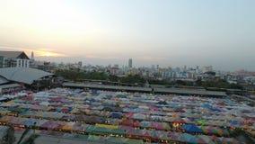 Рынок поезда ночи Ratchada, Бангкок, Таиланд - около февраль 2018: Красочные шатры на местном рынке в Бангкоке на afterno сток-видео