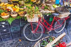 Рынок плодоовощ с старым велосипедом Стоковое Изображение
