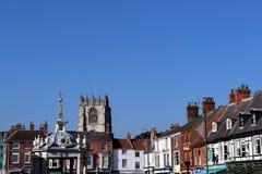 Рынок субботы, Beverley, Англия: 10-ое октября 2018; историческая неб-линия традиционного английского небольшого города стоковое фото rf
