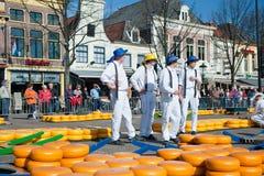 рынок сыра несущих alkmaar Стоковое фото RF
