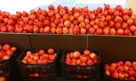 рынок с коробками полными красных зрелых гранатовых деревьев стоковое изображение