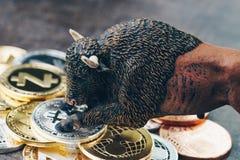 Рынок тенденцией к повышению курсов концепции bitcoin и cryptocurrency, цена поднимающее вверх или r стоковые фотографии rf