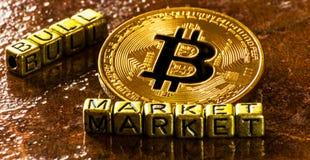 Рынок тенденцией к повышению курсов надписи с секретной валютой золотым Bitcoin, BTC стоковое фото