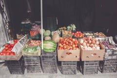 Рынок улицы с яблоками, виноградинами и другими свежими фруктами стоковые изображения rf