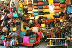 Рынок улицы кожаный в Флоренсе, Италии Стоковое фото RF