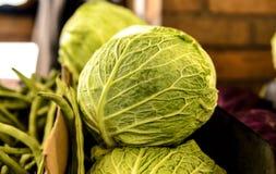 Рынок фермеров капусты савойя Стоковая Фотография