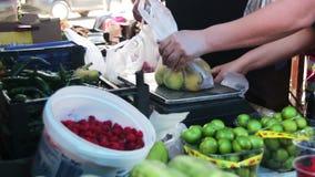 Рынок фруктов и овощей сток-видео