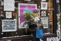Рынок цветка дороги Колумбии цветка воскресенья Местный идти для цветка, сидя на тротуарах, вино питья, ест и слушает к str Стоковое Фото