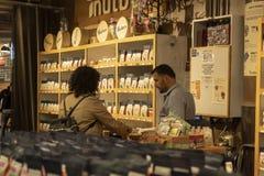 РЫНОК ЧЕЛСИ, НЬЮ-ЙОРК, США - 14-ОЕ МАЯ 2018: Время штата рынка Челси в ходе работы стоковые изображения