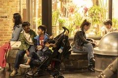 РЫНОК ЧЕЛСИ, НЬЮ-ЙОРК, США - 14-ОЕ МАЯ 2018: Клиенты и посетители в рынке Челси стоковая фотография rf