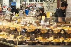 РЫНОК ЧЕЛСИ, НЬЮ-ЙОРК, США - 14-ОЕ МАЯ 2018: Работники продаж комплектуют штаты магазин специй в рынке Челси стоковая фотография rf