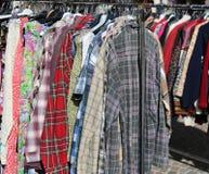 Рынок для используемых одежд outdoors с много одежд Стоковое Изображение RF