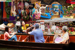 Рынок Damnuan Saduak плавая в середине Таиланда. Стоковая Фотография