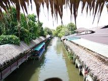 Рынок Mayom Lat Klong плавая, старый рынок в Таиланде имеет много еду и десерт еды Стоковая Фотография