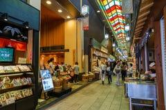Рынок Nishiki в Киото Стоковые Фото