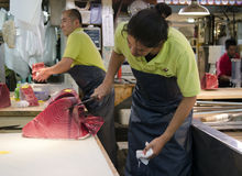 Рынок Tsukiji мясника тунца Стоковая Фотография