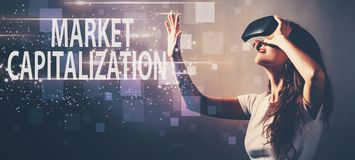 Рыночная капитализация при женщина используя шлемофон виртуальной реальности стоковая фотография rf