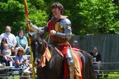 Рыцарь биться на фестивале ренессанса стоковая фотография
