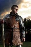 Рыцарь держа ось. Выдержанный Стоковые Изображения