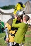 Рыцарь извлекая шлем Стоковое Изображение RF