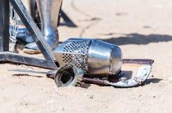 Рыцарь оборудования - участник в фестивале рыцаря - экран, шпага, шлем и перчатка лежит на том основании около списков стоковые изображения rf