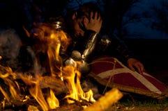Рыцарь около пожара стоковые фото