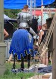 Рыцарь лошади Подготавливать для турнира Стоковые Фотографии RF