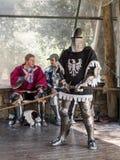 Рыцарь - участник в рыцарях ` фестиваля ` Иерусалима стоит на списке в ожидании поединок в Иерусалиме, Израиле Стоковое Изображение RF