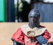 Рыцарь - участник в фестивале рыцаря, отдыхая в угле списка во время пролома между боями в парке Goren внутри стоковая фотография