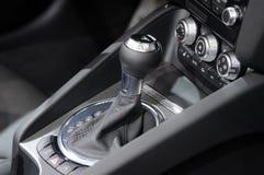 рычаг переключения тяги управления автомобиля автоматического переноса. стоковое фото