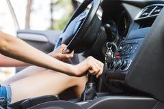 Рычаг переключения тяги управления в автомобиле с женским водителем стоковые изображения rf