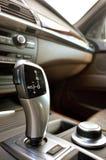 Рычаг переключения тяги управления автомобиля крупного плана Стоковое Фото