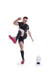 рэгби игрока шарика пиная Стоковое Фото