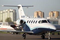 Рэйтеон 390 воздушных судн дела премьер-министра 1A бежать к автостоянке Стоковое Изображение