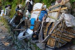 Рюкзаки корзин Sherpa в тропе EBC Стоковая Фотография