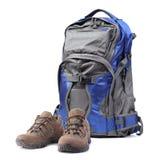 Рюкзак и пешие ботинки изолированные на белизне стоковое фото rf