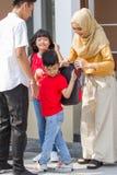 Рюкзак мальчика и девушки нося стоковые изображения rf