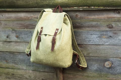 Рюкзак на загородке стоковые изображения rf