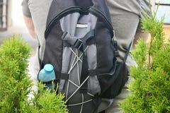 Рюкзак на задней части туриста стоковая фотография rf