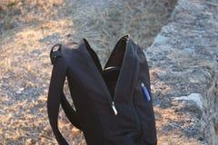 рюкзак на краю скалы стоковые фотографии rf