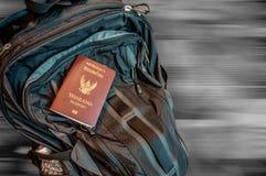 Рюкзак с пасспортом, предпосылкой движения нерезкости Стоковое Изображение