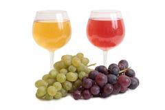 Рюмка и виноградины пука на белизне Стоковые Фото